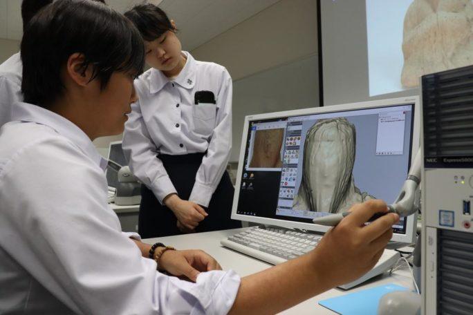 仏像の形状データを処理する和歌山工業高校の生徒